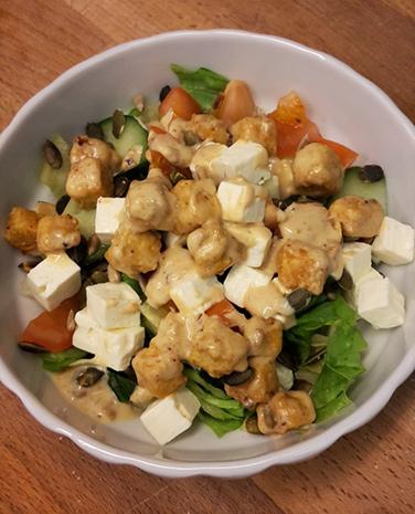 rezept gemischter salat mit erdnussbutter dressing und. Black Bedroom Furniture Sets. Home Design Ideas
